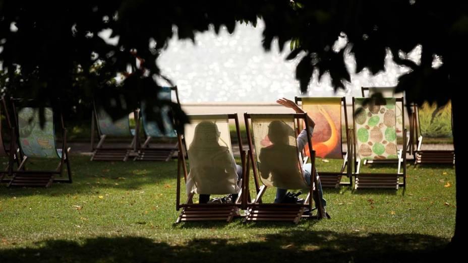 Mulheres aproveitam o calor fora de época no Hyde Park, em Londres, que registrou 25°C no segundo dia de outono no hemisfério norte