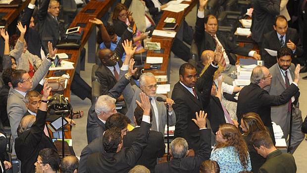 Às 9h43 desta quinta-feira, os deputados aprovaram, em votação simbólica, o texto final da MP