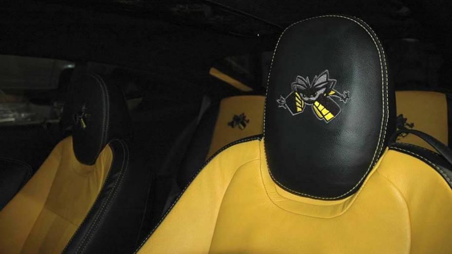 Por dentro, o Camaro do Spider recebeu novos revestimentos de couro, com direito à abelhinhas bordadas nos encostos de cabeça dos bancos dianteiros