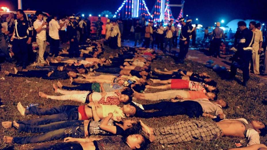 Pelo menos 339 pessoas morreram em um tumulto em uma ponte de Phnom Penh, capital do Camboja, na noite desta segunda-feira, onde milhões de pessoas comemoravam o fim do Festival da Água