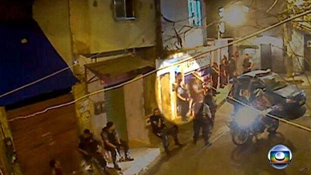 Câmera de vigilância na Rocinha mostra Amarildo (em destaque) sendo levado de casa por policiais da UPP