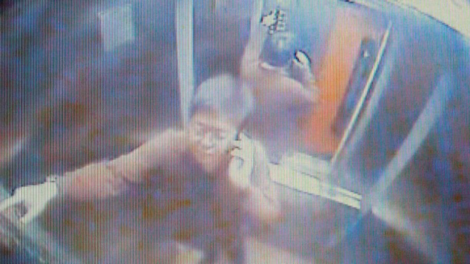 Câmeras de segurança mostra o executivo da Yoki, Marcos Kitano Matsunaga, no elevador do prédio onde morava