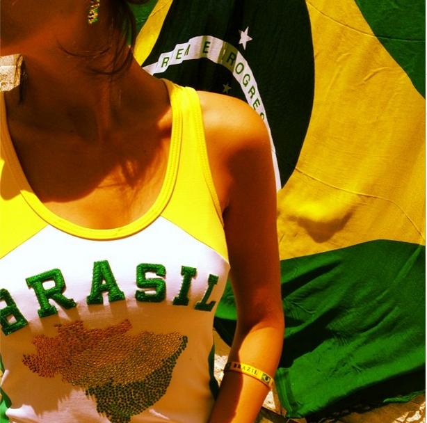 Atriz Camilla Belle torce para o Brasil de verde e amarelo