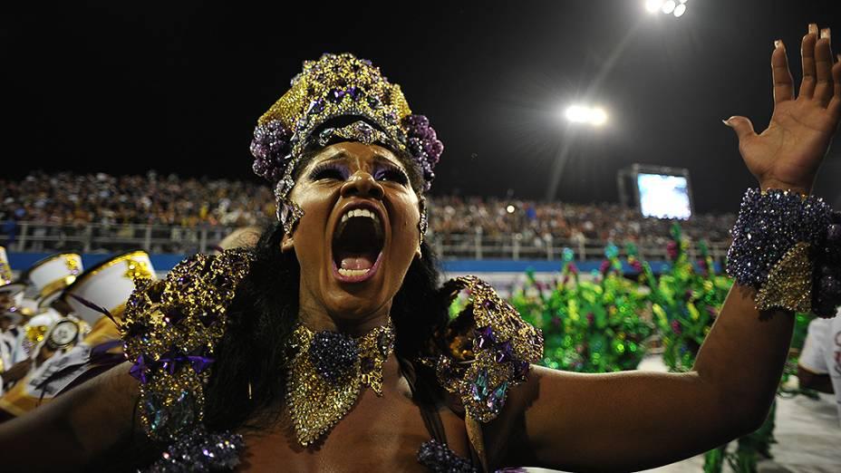 Camila Silva, rainha de bateria, canta o enredo Sangue da Terra, Videira da Vida: Um brinde de amor em plena avenida - Vinhos do Brasil
