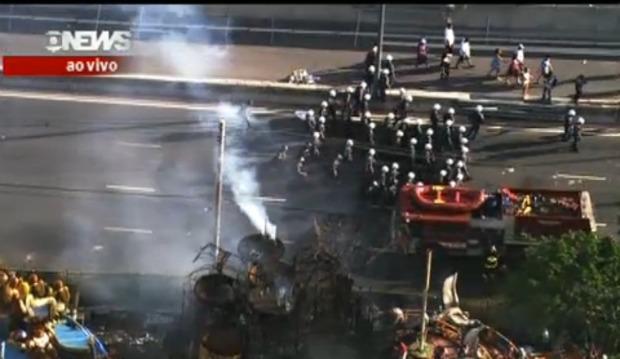 Caminhão do Corpo de Bombeiros tenta apagar incêndio nos carros alegóricos