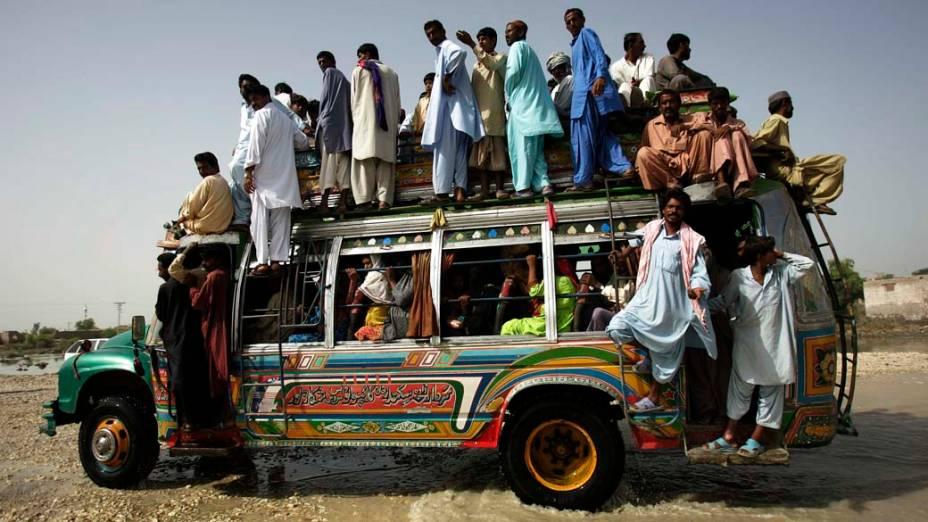 Ônibus transporta vítimas das enchentes no vilarejo alagado de Sultan Kot, no sul do Paquistão. Veja galeria de fotos das enchentes no Paquistão