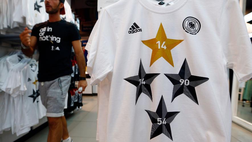 Camisa comemorativa do tetracampeonato alemão, em loja de Frankfurt