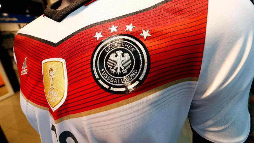 Camisa da Alemanha com as quatro estrelas e o escudo da Fifa é vendida em loja de Frankfurt