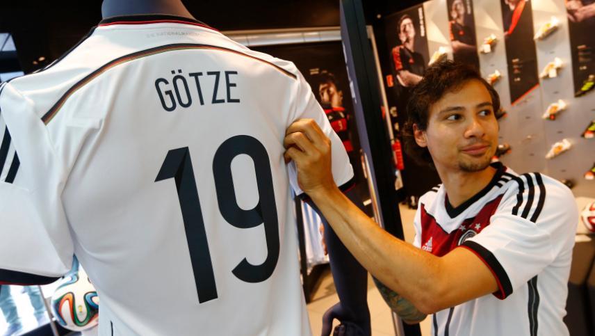 Camisa de Mario Götze, a mais vendida na Alemanha, após o tetracampeonato no Maracanã