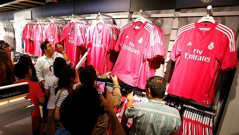 Fãs fizeram filas na loja oficial do clube após o lançamento da camisa rosa