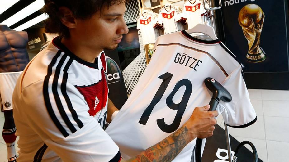Camisetas da seleção alemã são vendidas em Frankfurt,em comemoração a Copa do Mundo de Futebol de 2014