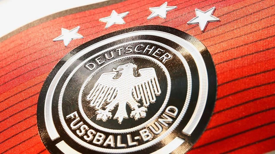 Camisa comemorativa da seleção de futebol alemã mostraquatro estrelas, simbolizando o número de campeonatos ganhos na Copa do Mundo