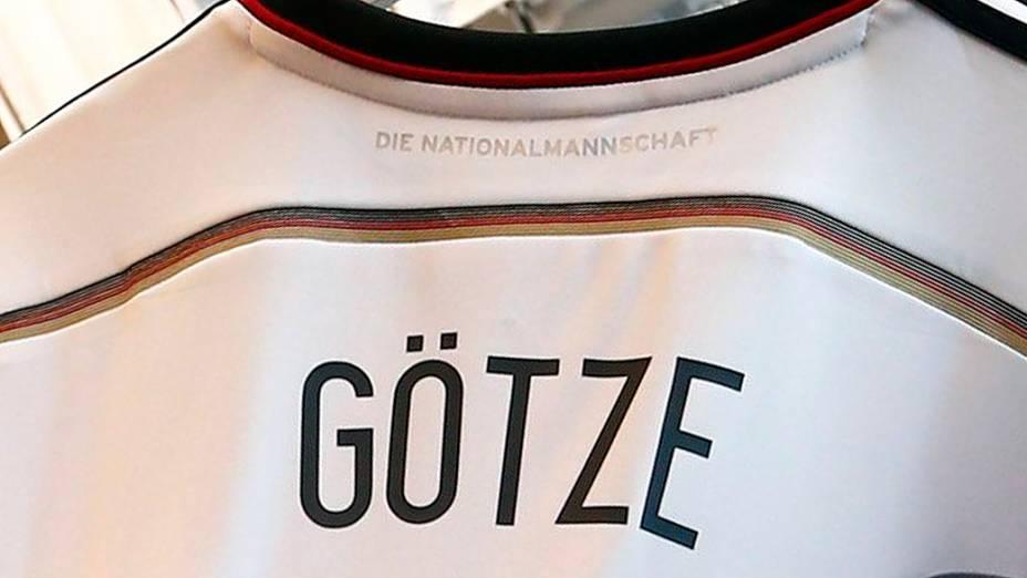 Camiseta comemorativa da seleção alemã de futebol traz detalhe com o nome dos jogadores nas costas