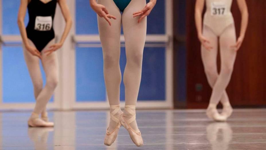 """Bailarinas durante o campeonato internacional de balé clássico """"Prix de Lausanne"""" na Suíça"""