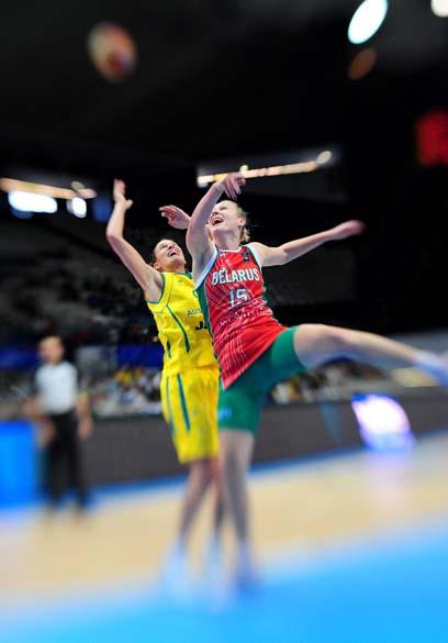 Partida entre Austrália e Bielorússia no Campeonato Mundial de Basquete Feminino que acontece em Ostrava, na República Checa