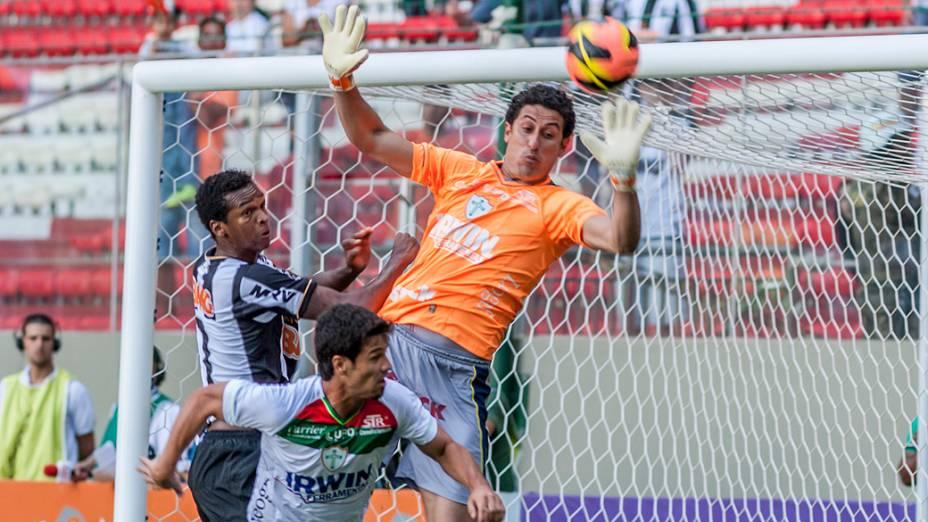 O atacante Jô,do Atlético Mineiro, em ofensiva durante partida contra a Portuguesa