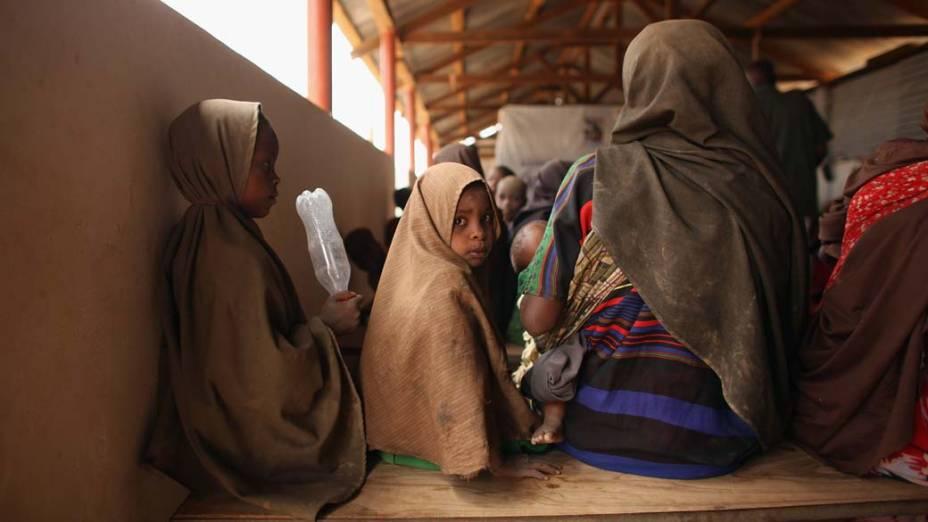 Refugiados na sala de registro do acampamento Dagahaley, no campo de refugiados de Dadaab, Quênia