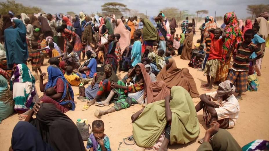 Refugiados aguardam na área de registro do acampamento Dagahaley, no campo de refugiados de Dadaab, Quênia