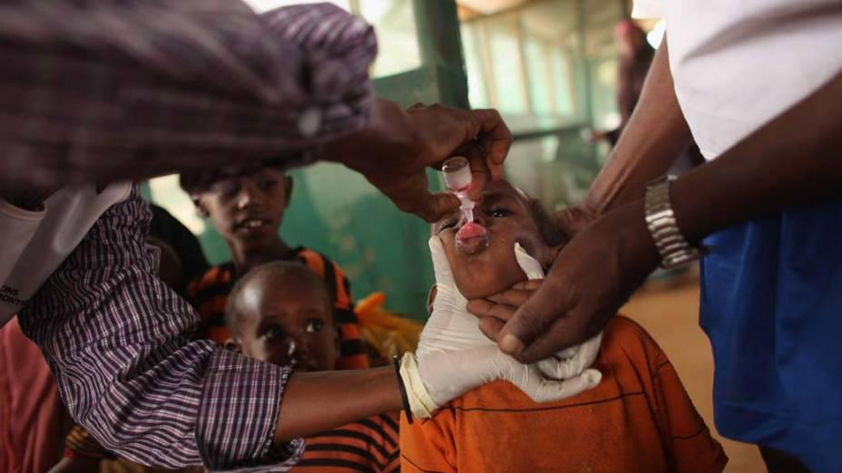 Criança recebe vacina dos Médicos sem Fronteiras em Dagahaley, no campo de refugiados de Dadaab, Quênia