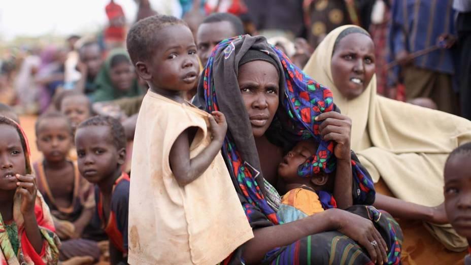 Refugiados na área de registro do acampamento Ifo, no campo de refugiados de Dadaab, Quênia