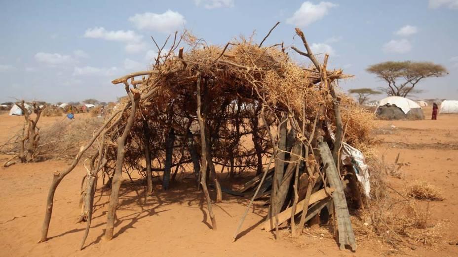 Escola feita de arbustos em Dagahaley, no campo de refugiados de Dadaab, Quênia