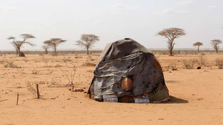 Cabana construída por refugiados somalis em Dagahaley, no campo de refugiados de Dadaab, Quênia