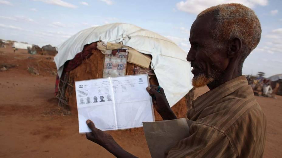 Refugiado somali com o registro de sua família em Dagahaley, no campo de refugiados de Dadaab, Quênia