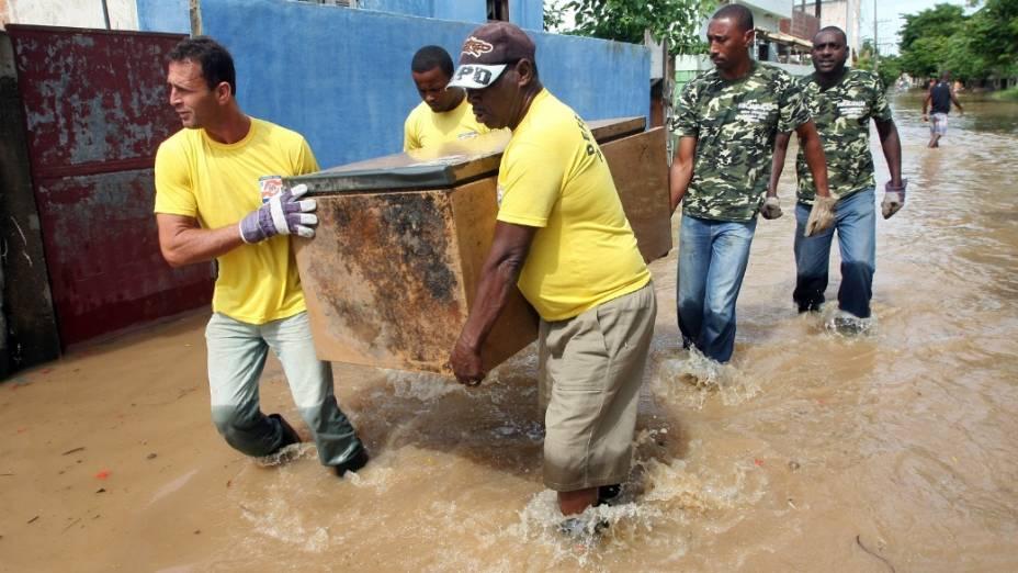 Na Ilha do Cunha, em Campos dos Goytacazes, 48 famílias foram removidas na quarta-feira. Nesta quinta-feira, 4 mil pessoas estão sendo retiradas do bairro Três Vendas, onde um dique se rompeu