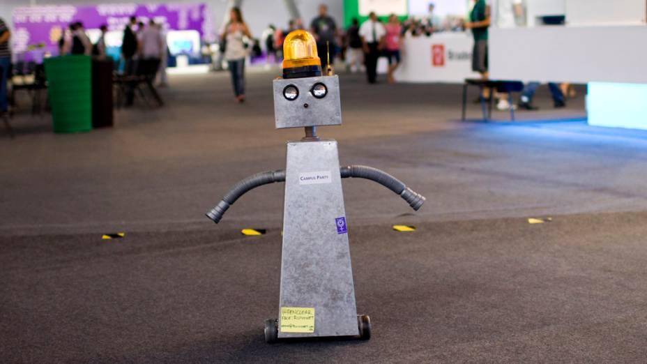 """O robô criado pelo campuseiro Edson Ruivo """"caminha"""" no segundo dia da Campus Party no Parque Anhembi, São Paulo"""
