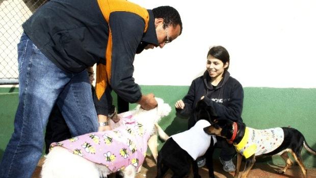 O local continua recebendo doações de roupas e cobertas já que o frio promete ser intenso