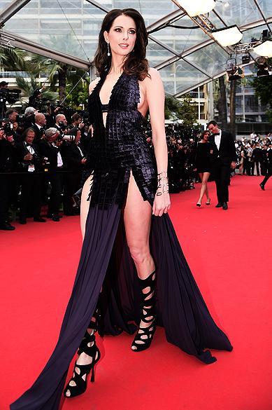 """A atriz Frederique Bel no tapete vermelho para a première do filme """"Saint Laurent"""", neste sábado (17), no Festival de Cannes 2014"""