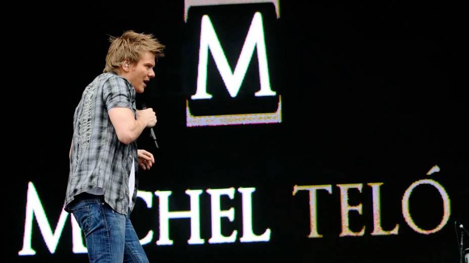 Cantor Michel Teló durante show na Chácara do Jockey
