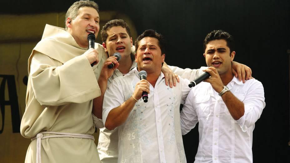 Padre Marcelo com Pedro, Leonardo e Thiago, na gravação do seu DVD, em 2009