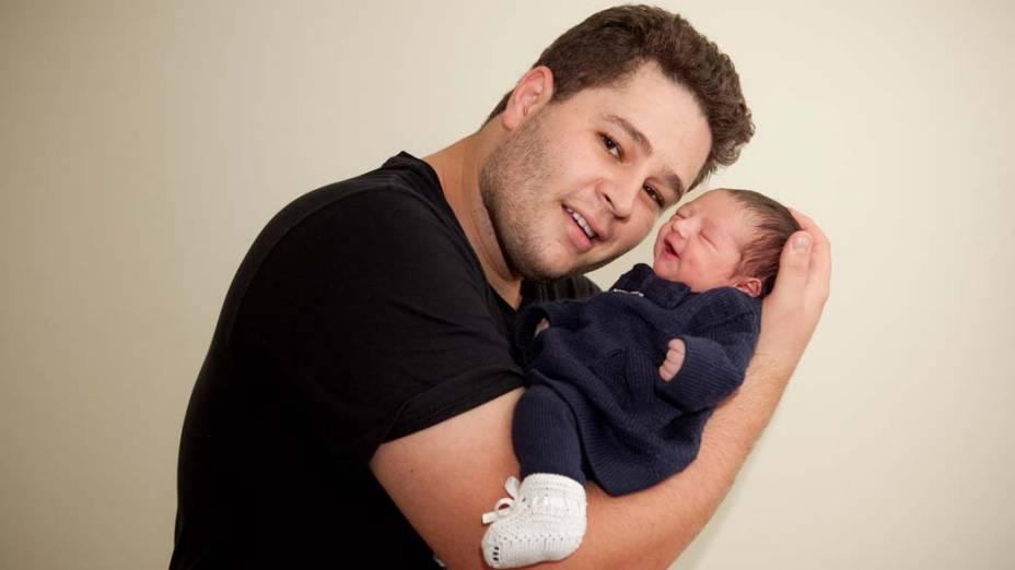 Pedro com a filha recém-nascida, Maria Sophia, no Hospital e Maternidade Santa Joana, em 2011