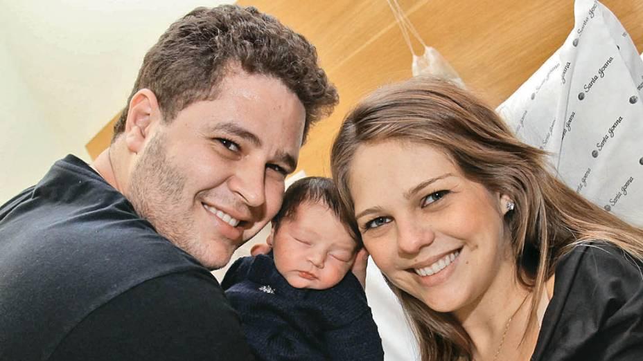 Pedro Leonardo com a esposa, Thais Gebelein, e a filha recém-nascida, Maria Sophia, no Hospital e Maternidade Santa Joana, em 2011