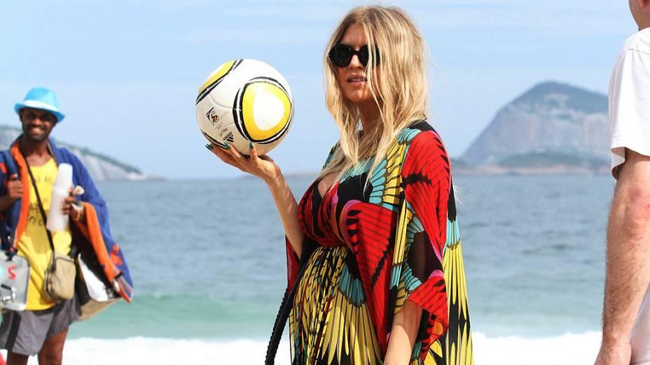 A cantora Fergie em um passeio pela Praia de Ipanema, no Rio de Janeiro