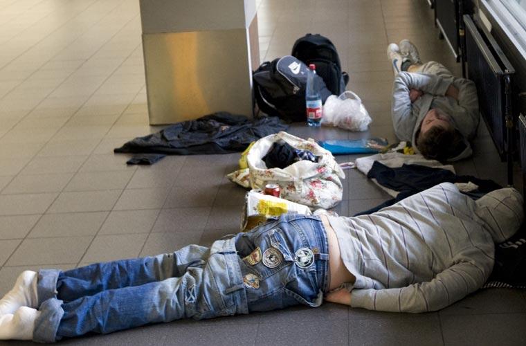 Passageiros dormem no chão do aeroporto de Schiphol, em Amsterdã (Holanda), enquanto aguardam a normalização do tráfego aéreo.