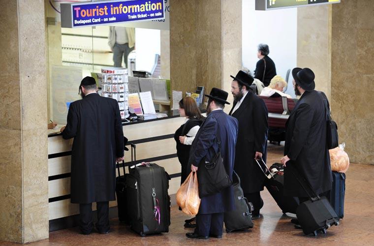 Turistas buscam informações nos balcões das companhias aéreas em Budapeste (Hungria).