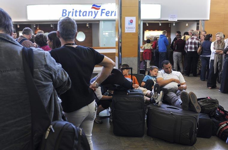 Passageiros britânicos esperam para embarcar da Espanha rumo à Grã-Bretanha.