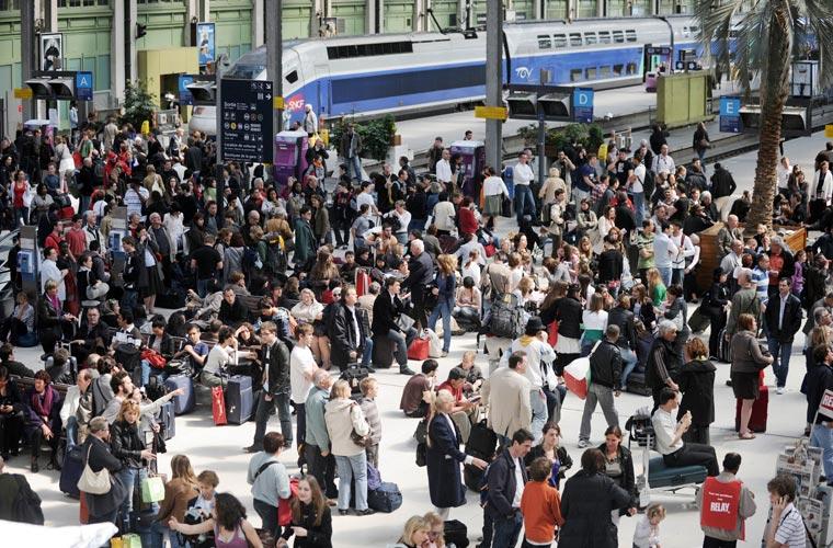 O caos aéreo afetou também as estações de trens, que ficaram lotadas. Acima, a estação Gare de Lyon, em Paris (França).