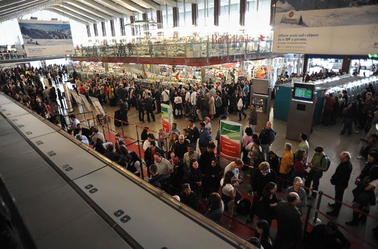 Em Roma, na Itália, passageiros também se aglomeraram nas plataformas da estação Termini.
