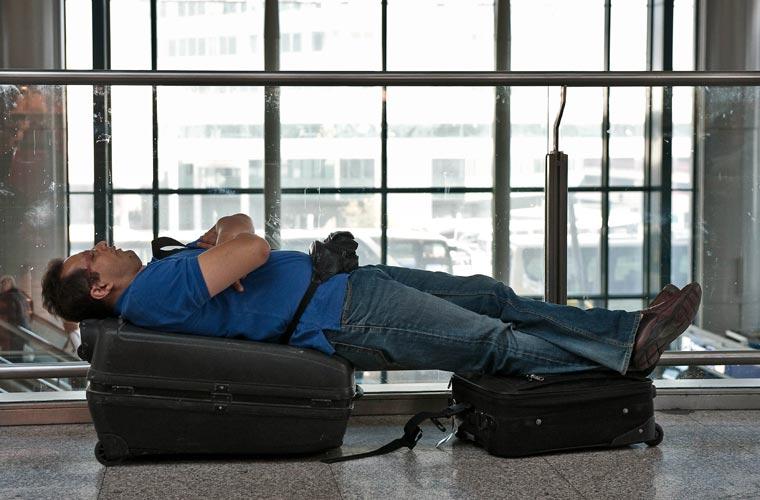 Em Roma, passageiro improvisa uma cama no aeroporto Fiumicino.