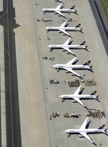 Aviões da Lufthansa no aeroporto de Frankfurt, na Alemanha.