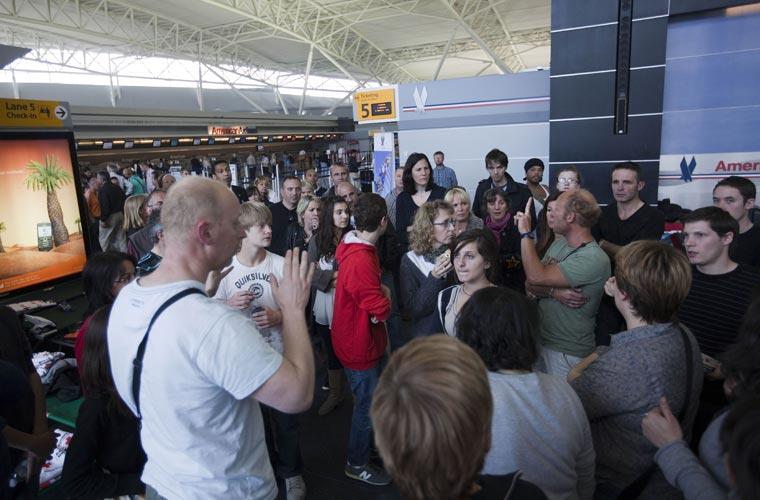 Passageiros esperam por informações no aeroporto internacional John F. Kennedy, em Nova York. Os voos dos Estados Unidos com destino à Europa também foram afetados.