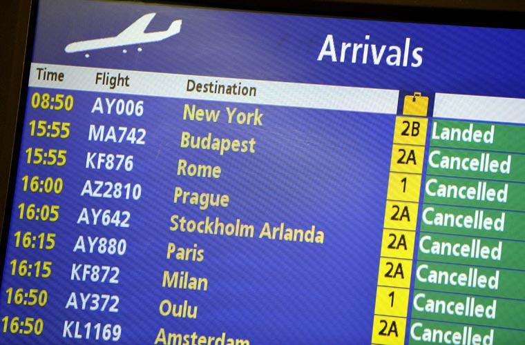 Painel mostra o cancelamento de todas as partidas com destino à Europa no aeroporto internacional de Helsinki-Vantaa.