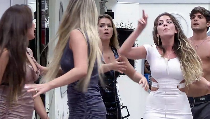 Anamara e Fernanda protagonizam novo barraco
