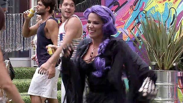Fani assistindo o show do Neguinho da Beija-Flor, no BBB 13