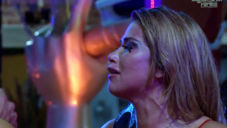 Fani não consegue conter o choro quando Marien deixa a casa do BBB
