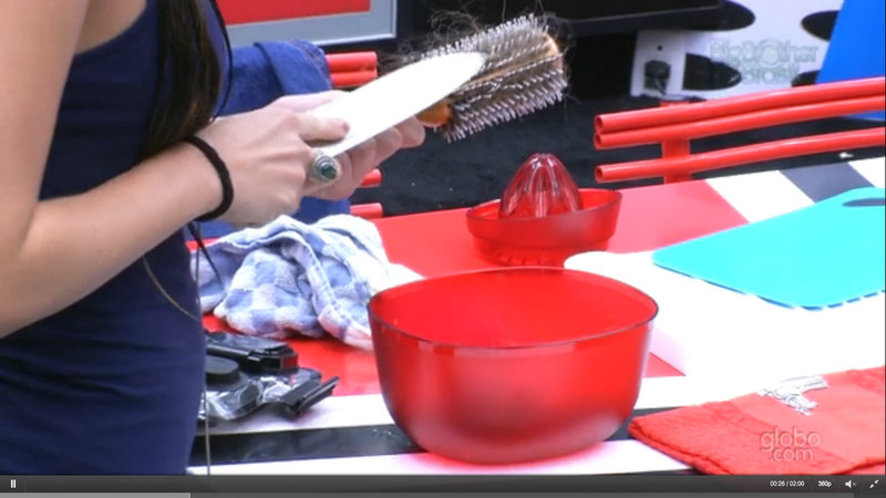 Kamilla usa uma faca de cozinha para limpar a escova de cabelo - e não lava a faca