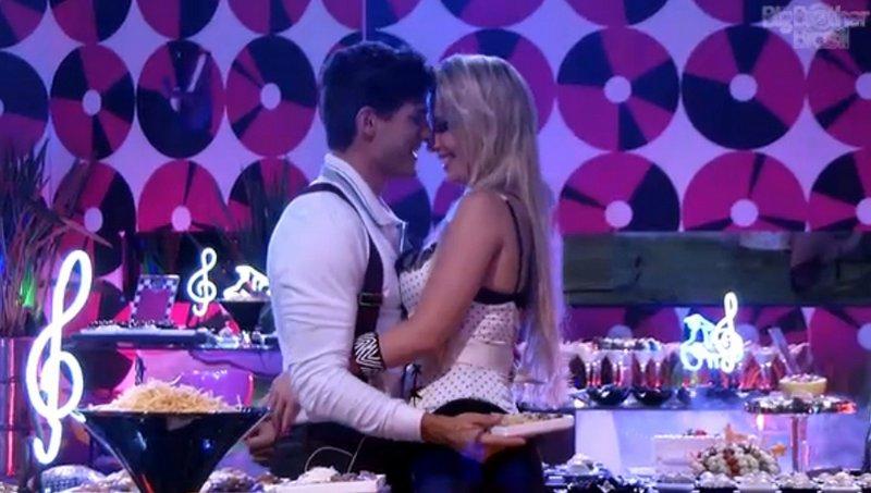 Fernanda e André aproveitam a noite de festa no BBB13